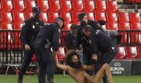 ევროპა ლიგის მატჩზე მოედანზე შიშველი მამაკაცი გადახტა