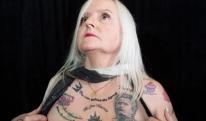 სიყვარულს რას გაუგებ - 62 წლის ქალმა სხეულზე მოურინიოს 38 ტატუ გაიკეთა